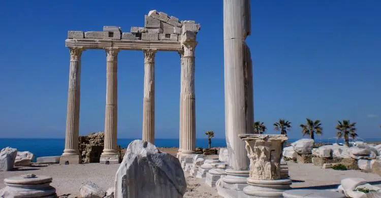 Die Ruinen des weißen Apollon Tempels bestehen aus sechs aufrecht stehenden Säulen. Der Rest des Tempels am Meer ist zusammengefallen.