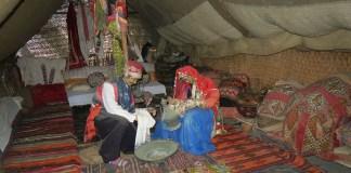 Zwei menschengroße Figuren - eine Frau und ein Mann - sitzen in einem nachgebauten Hochzeitszelt der Yörük Nomaden. Sie tragen traditionelle Kleidung.