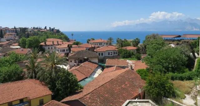 Der Blick nahe dem Yivili Minare in Antalya zeigt die roten Ziegeldächer, das Meer, Palmen und andere interessante Orte in der Alstadt von Antalya.