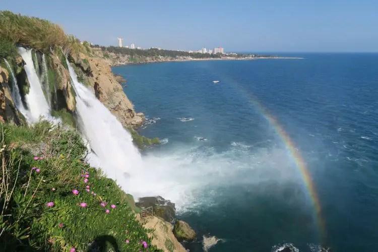 Ein Regenbogen ist am Düden Wasserfall in Antalya zu sehen. Er ist 40m hoch und fällt an den Klippen von Antalya direkt ins Meer hinab.