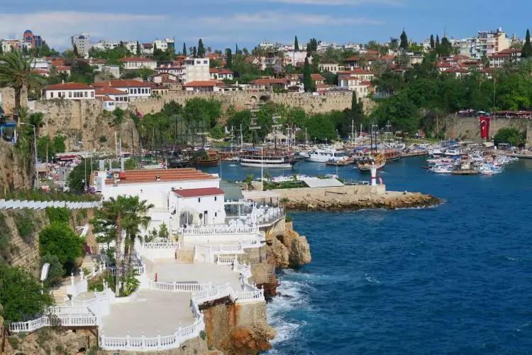 Der Blick von den Hafenmauern auf Antalyas Altstadt Kaleici und den Yachthafen.
