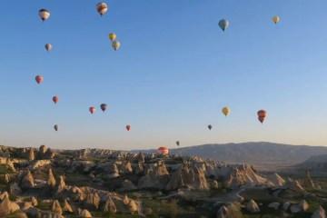 Die Fahrt mit einem Heißluftballon gehöt zu den Highlights einer Kappadokien Rundreise. Davon sind Dutzende am Himmel über Kappadokien zu sehen.