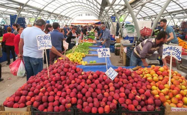 Markstände mit frischem Obst und Gemüse.