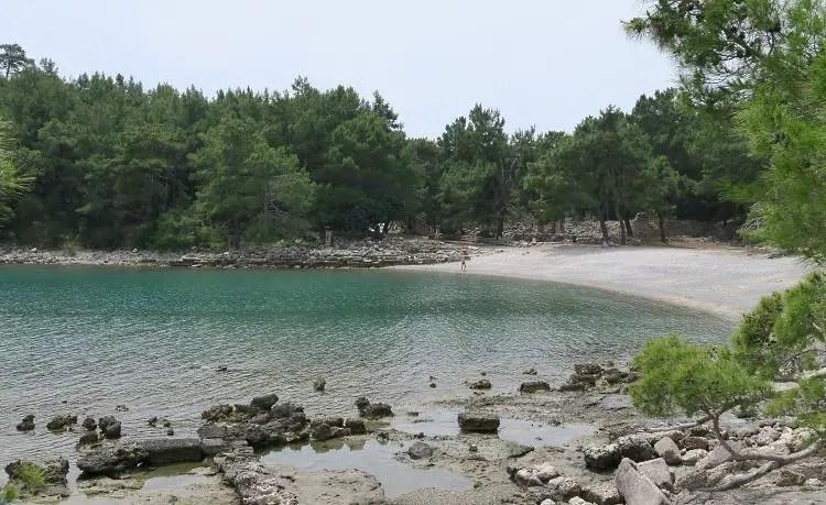 Der alte Kriegshafen von Phaselis ist heute eine wunderschöne Badebucht mit einem kleinen Sandstrand.