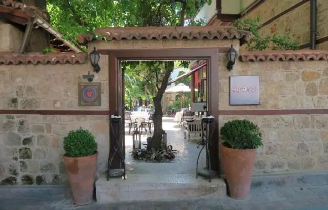 Der Eingang zum in einem osmanischen Steinhaus gelegenen Seraser Fine Dinging Restaurant in Antalya.