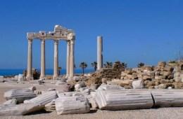 Das weiße Apollon Tempel ist das Wahrzeichen von Side. Er ist das deswegen für viele Deutsche ein Symbol für Türkei Pauschalreisen. Seine fünf erhalten gebliebenen Säulen stehen direkt am Meer in Side.