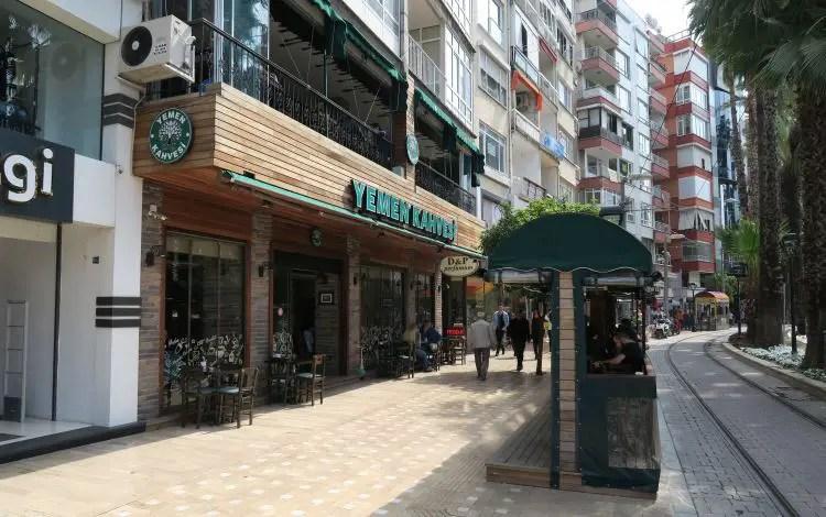 Eine Filiale von Yemen Kahvesi in der Attatürk Caddesi in Antalya.