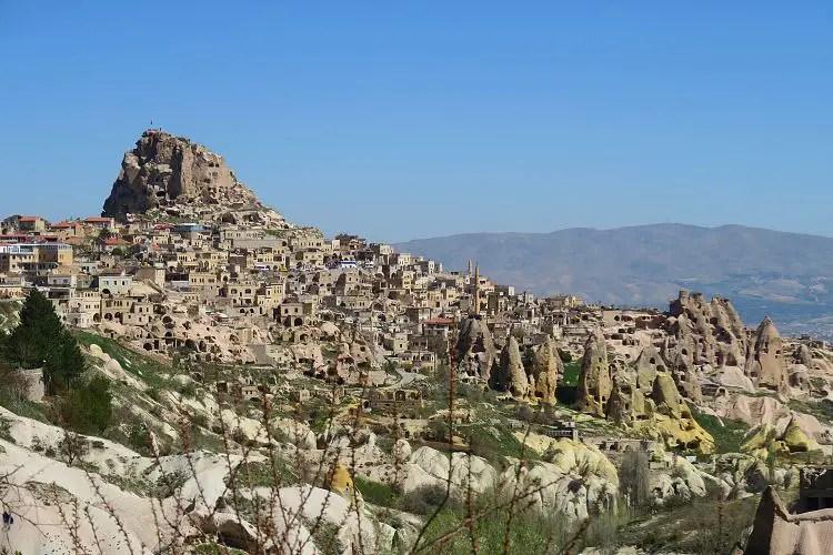 Die Festung Uchisar und das Dorf Uchisar in Kappadokien, in der Türkei. Die Festung ist der höchste Punkt in der gesamtem Landschaft.