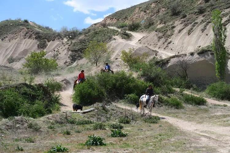 Drei Reiter mit ihren Pferden in Kappadokien.