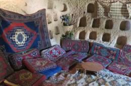 Das Bild zeigt eine Sitzecke im Inneren eines Höhlenhaus in Kappadokien.