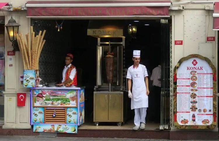 Ein Laden verkauft Eis und Kebap, typisches Street Food aus Istanbul.