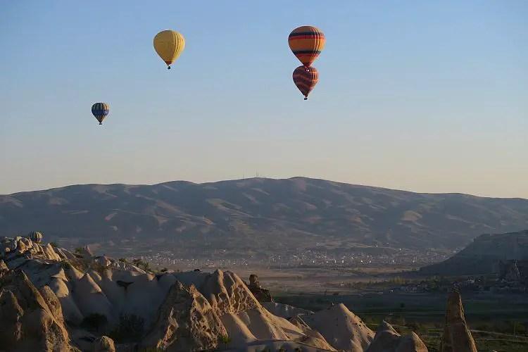 Der Blick aus einem Korb eines Heißluftballon auf die Berge in Kappadokien.