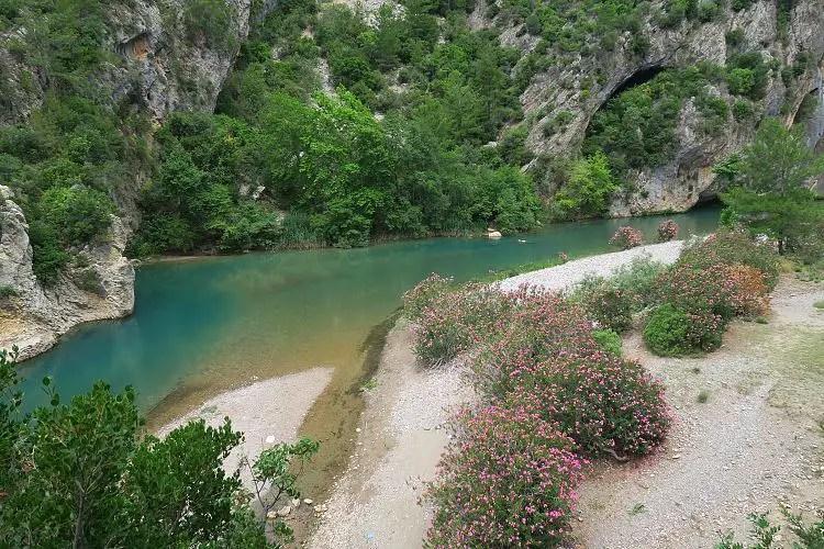Der türkisblaue Alara Fluss und die weißen Sandbänke am Flussufer.