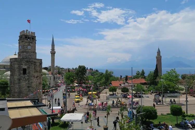 Blick auf einer Straße in der Innenstadt von Antalya zusammen mit dem Uhrturm der Stadt.