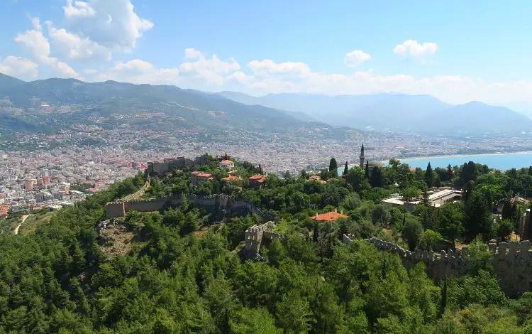 Der Blick auf den Burgberg von Alanya und die östliche Innenstadt von der Festung Ic Kale.