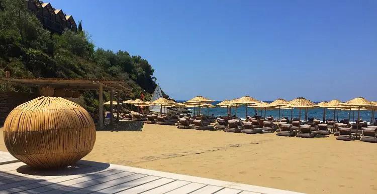 DerBlick von einer Strandlounge auf den Sandstrand des Club Marvy in Özdere in der Türkei.
