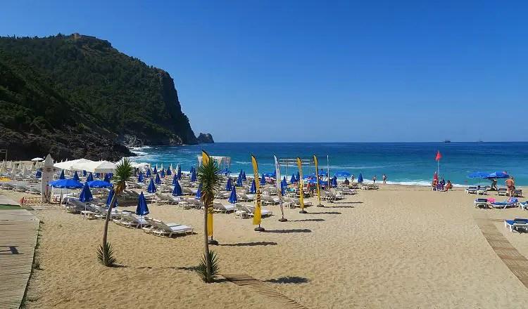 Der Damlatas Sandstrand und der Burgberg von Alanya, zusammen mit dem türkisblauen Meer.