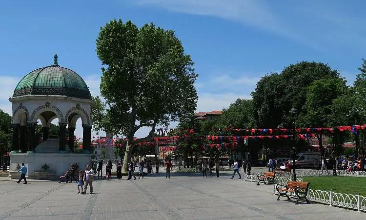 Der Deutsche Brunnen steht auf dem Platz zwischen der Blauen Moschee und der Hagia Sophia, an dem jeden Tag tausende Einwohner von Istanbul vorbei gehen.