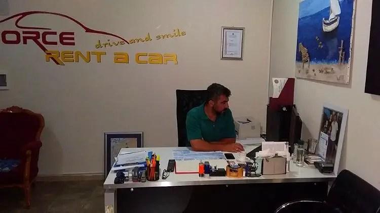 Necati Yaman sitzt an seinem Schreibtisch im Force Rent a Car Büro in Alanya, Türkei.