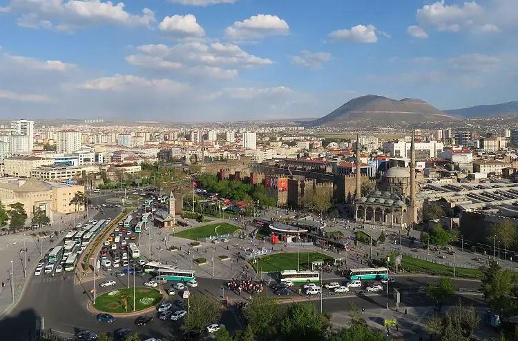 Die Innenstadt von Kayseri mit einem großen Kreisverkehr, der Festung und einem Vulkankegel am Stadtrand.