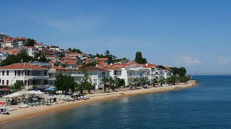 Der Strand der Insel Kinali in Istanbul, Türkei.