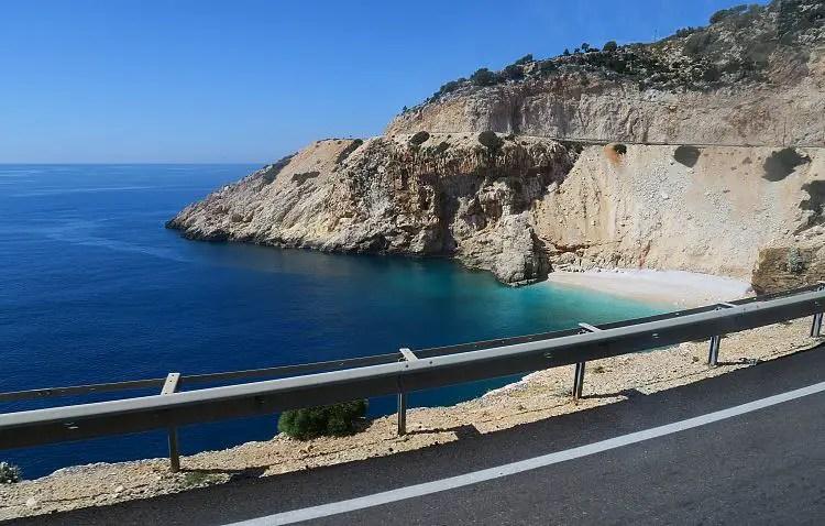 Blick von der Küstenstraße auf das türkisblaue Meer.
