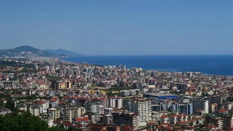 Die dicht besiedelten Stadtteile zwischen dem Taurusgebirge und dem Strand in Oba und Tosmur.