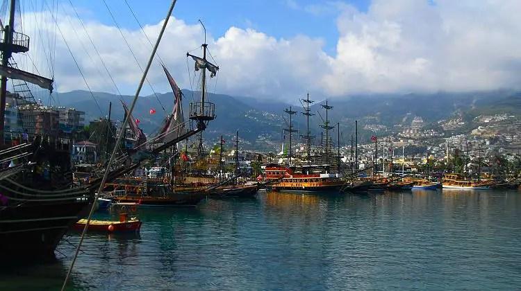 Im Piraten-Stiel dekorierte Schiffe im Hafen von Alanya.