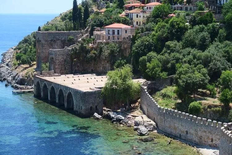 Der Blick vom Roten Turm auf die von den Seldschuken gebaute Schiffswerft und das türkisblaue Meer an der Küste.