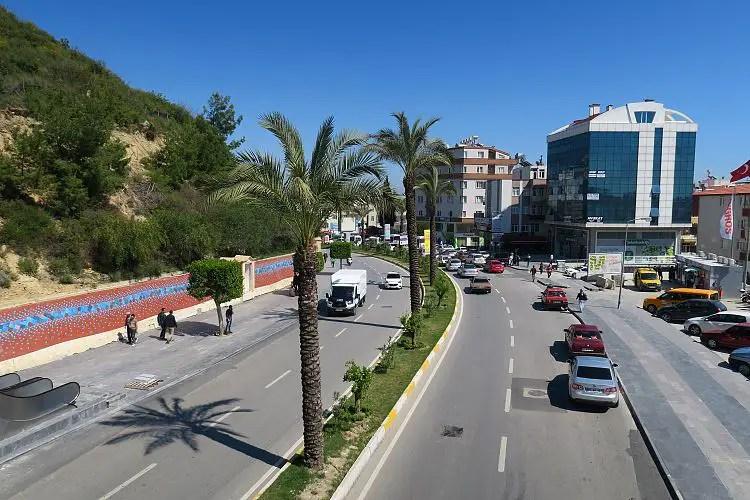 Die Schnellstraße an der Ortseinfahrt von Manavgat ist zweispurig in jede Richtung.