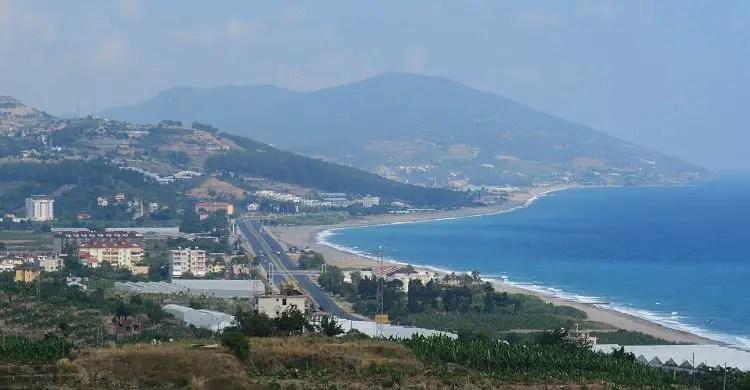 Der Blick von den Ruinen von Syedra auf die D-400 Schnellstraße von Alanya nach Gazipasa.