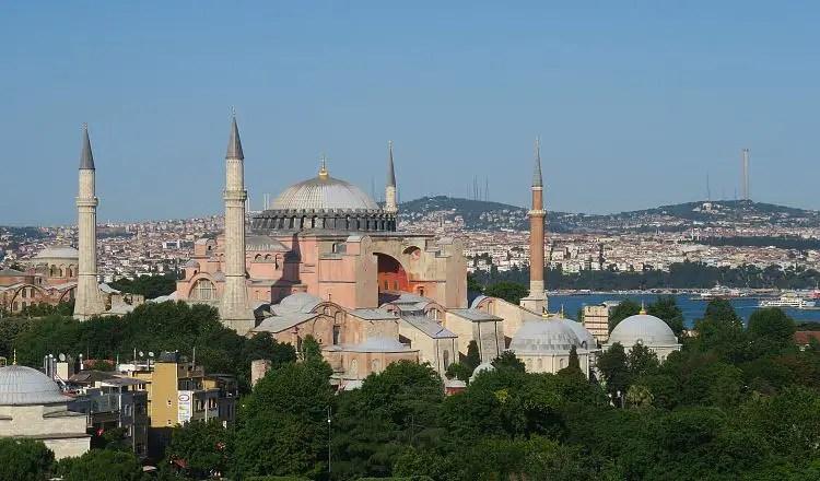 Die Hagia Sophia und der Stadtteil Sultanahmet, zusammen mit dem Bosporus.