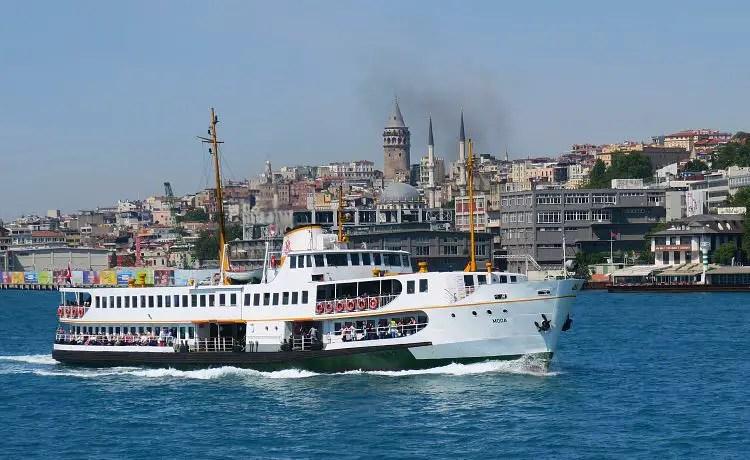 Eine Bosporusfähre am Bosporus mit dem Galataturm im Hintergrund.