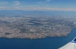 Aufnahme aus einem Flugzeugfenster auf das Meer vor Antalya, in der Türkei.