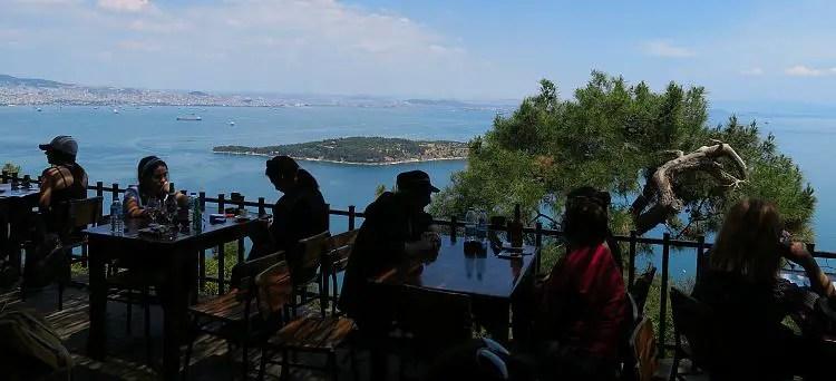 Ausblick auf das Marmarameer, Büyükada, eine der kleinen Prinzeninseln und Istanbul.