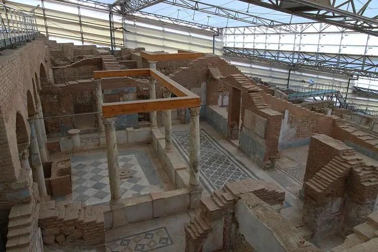 Ruinen der Hanghäuser in eine überdachten Halle