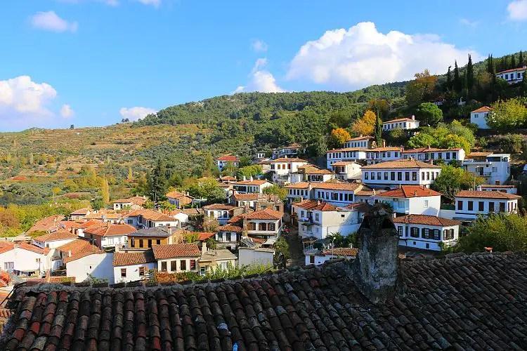 Blick über die schönen roten Dächer des Dorfs