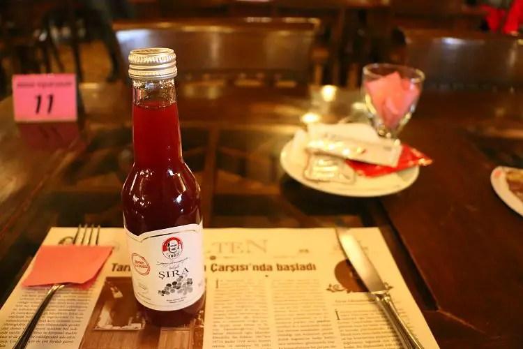 Flasche mit dem Traubensaft Sira