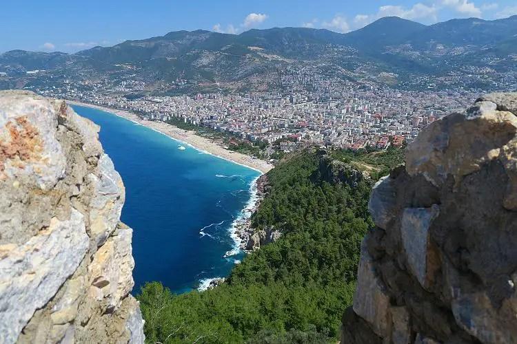 Das türkisblaue Meer und der Kleopatrastrand in Alanya.