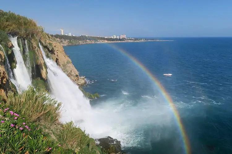 Ein Regenbogen am Düden Wasserfall in Antalya, das sonnige Wetter und Meer