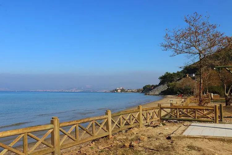 Ein Strand mit sonnigen Wetter aber keinen Badegästen im Dilek Nationalpark in Kusadasi.