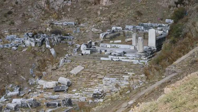 Ruinen des Tempels an einem steilen Hang