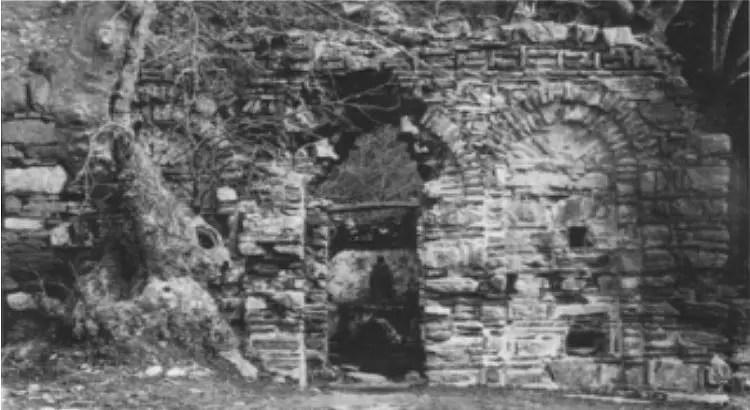 Eingang zum Marienhaus, wie er am 29. Juli 1891 von den Entdeckern vorgefunden wurde.