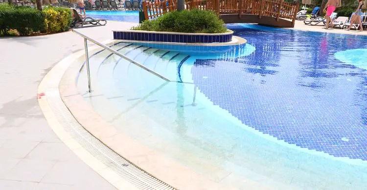 Pool mit Stiege als Einstieg
