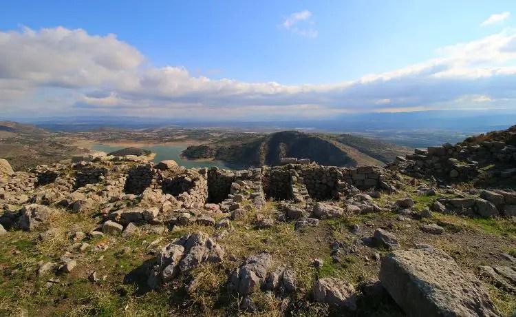 Ruinen auf der Spitze des Burgberges mit einem Stausee im Hintergrund