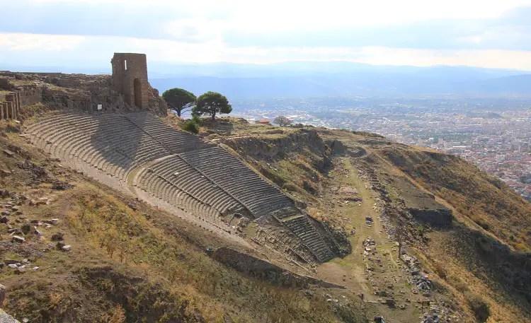 10.000 Sitzplätze fassendes Theater auf einem steilen Hügel.
