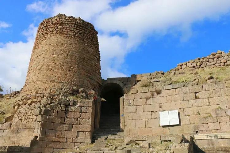 Untere Stadtmauern von Pergamon mit einer Treppe und einem Turm