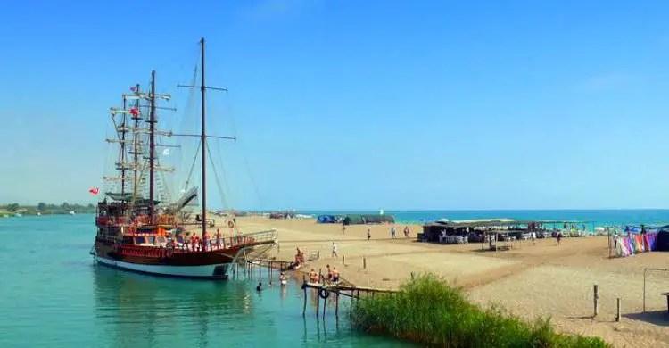 Gulet Motorsegelschiff am Strand an der Mündung des Manavgat Fluss