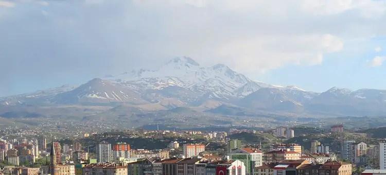 Schnee auf dem 3.917m hohen Vulkan, gesehen aus der Innenstadt von Kayseri.