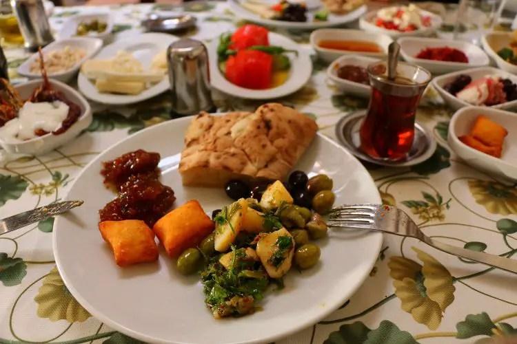 Teller mit türkischen Frühstück